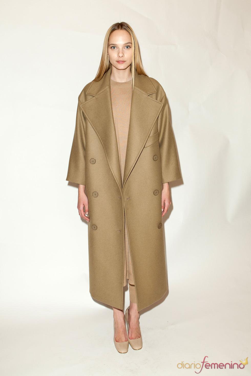 Abrigo largo oversize en camel pre colección Stella McCartney otoño 2011