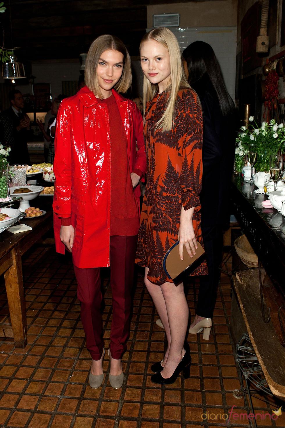 Backstage: dos modelos de Stella McCarteny en tonos rojos
