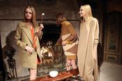 Modelos de Stella McCartney posando en la chimenea