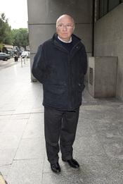 Raul Sender en la capilla ardiente de Juanito Navarro
