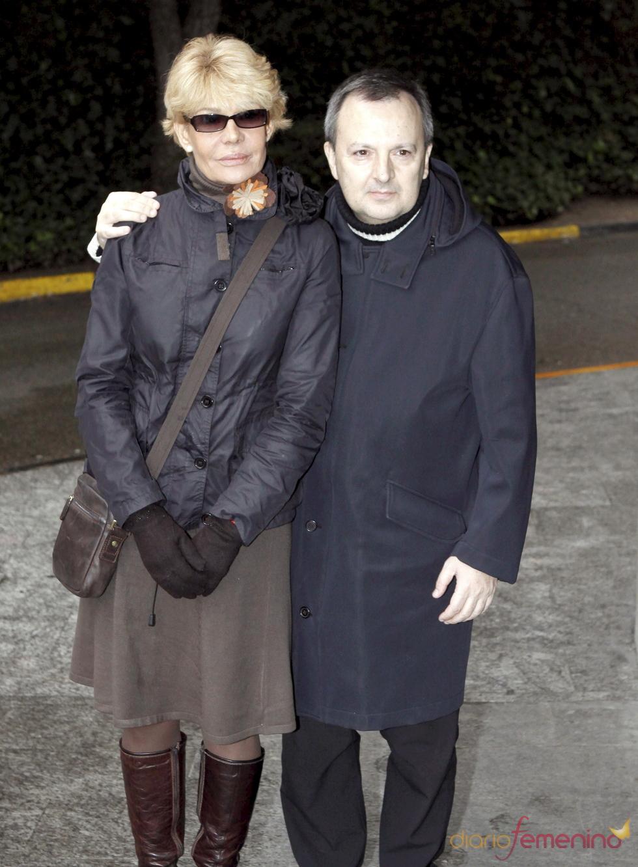 Rosa Valenti y Octavio Acebes en la capilla ardiente de Juanito Navarro