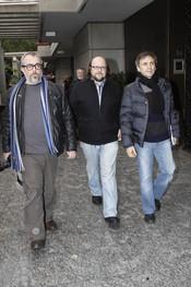 Alex de la Iglesias, Santiago Segura y José Mota en la capilla ardiente de Juanito Navarro