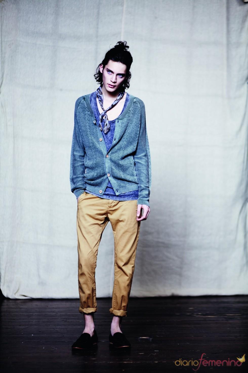 Pantalón camel con cardigan y pañuelo azul p/v 2011 TopMan