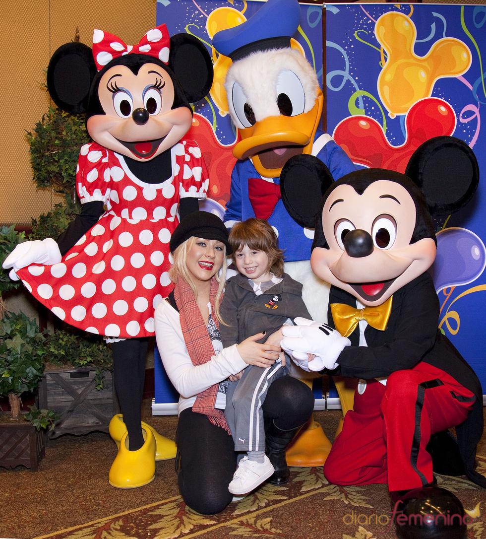 Christina Aguilera y su hijo Max en Disneyland