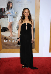 Natalie Portman, radiante con un vestido negro en la premier de 'Sin Compromiso'