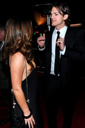 Natalie Portman y Ashton Kutcher, de risas en la premier de 'Sin Compromiso'