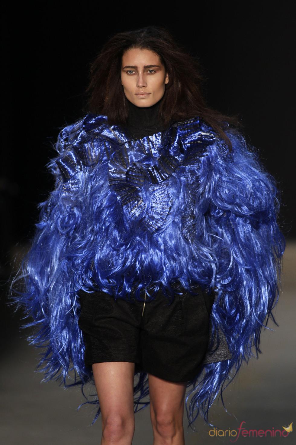 Imponenete abrigo de pelo azul klein de Melk Z-Da en la Rio Fashion Winter 2011