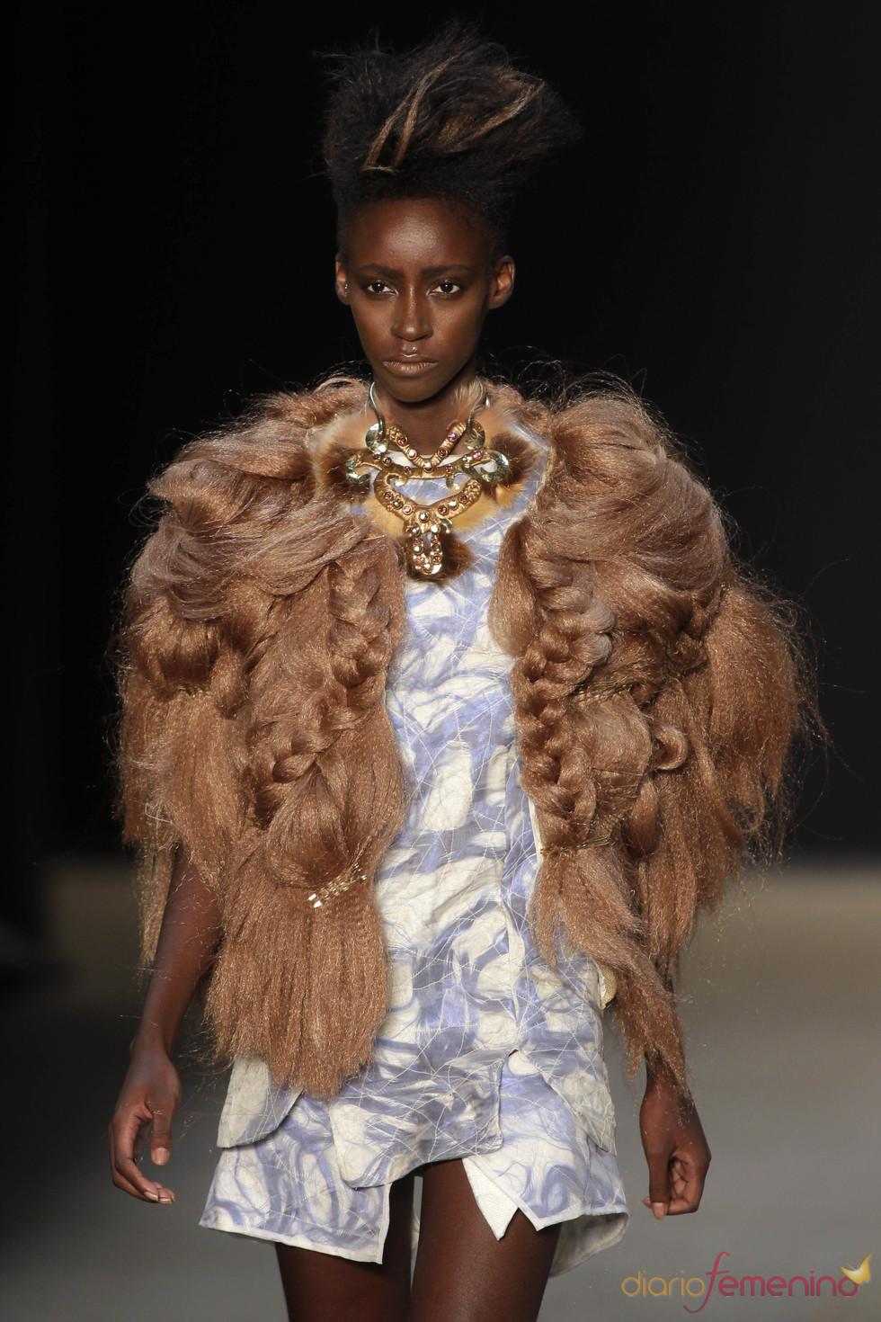 Abrigo inspiración cabellera de Melk Z-Da en la Rio Fashion Winter 2011