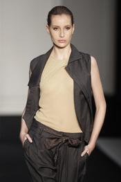 Una modelo luce un diseño de Filhas de Gaia en la Rio Fashion Winter 2011