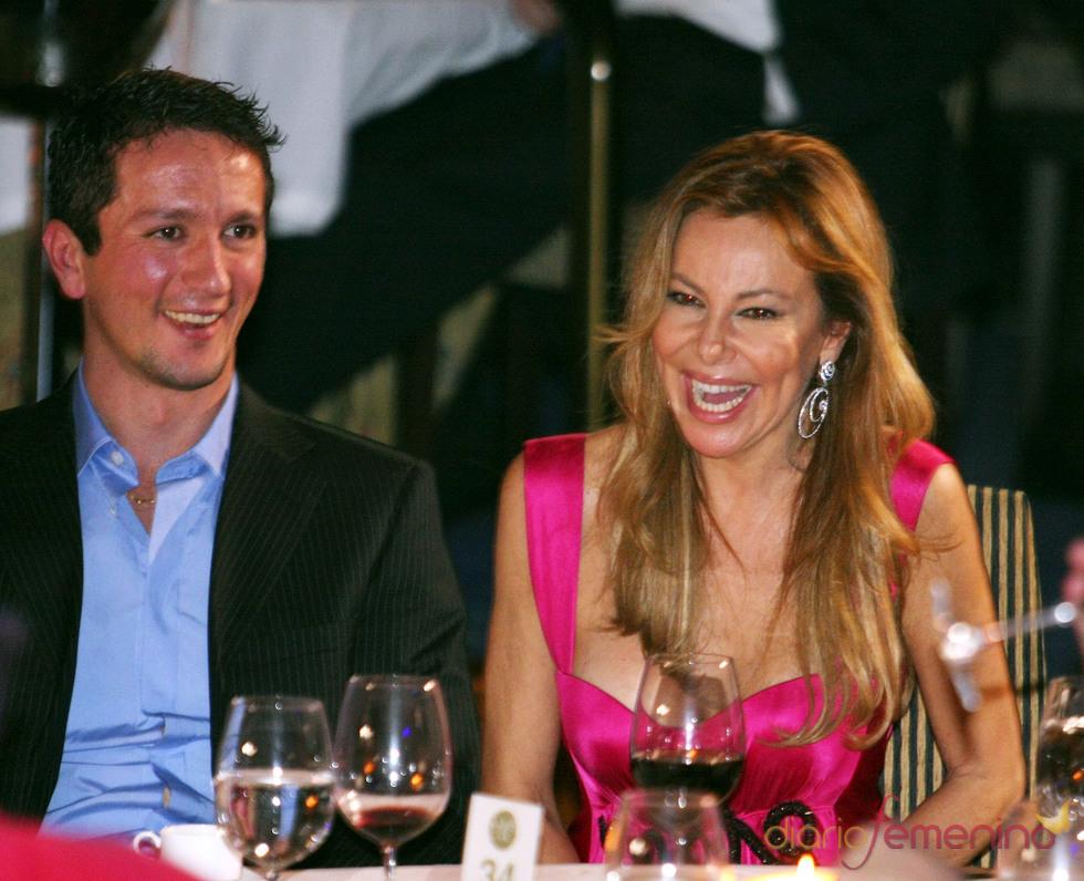 Ana Obregón y Adans Peres, muy risueños