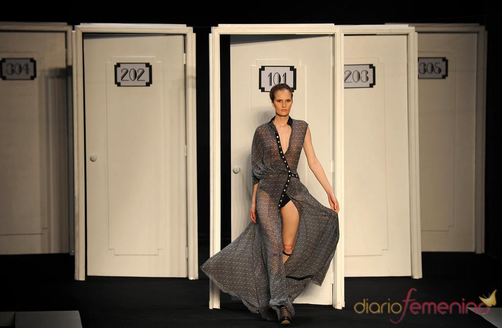 Modelo en puerta decorativa pasarela Filhas de Gaia en Rio Fashion Winter 2011