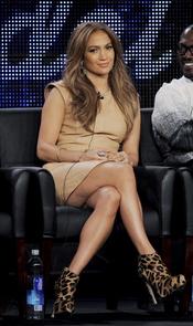 Jennifer López enseña la celulitis de sus piernas
