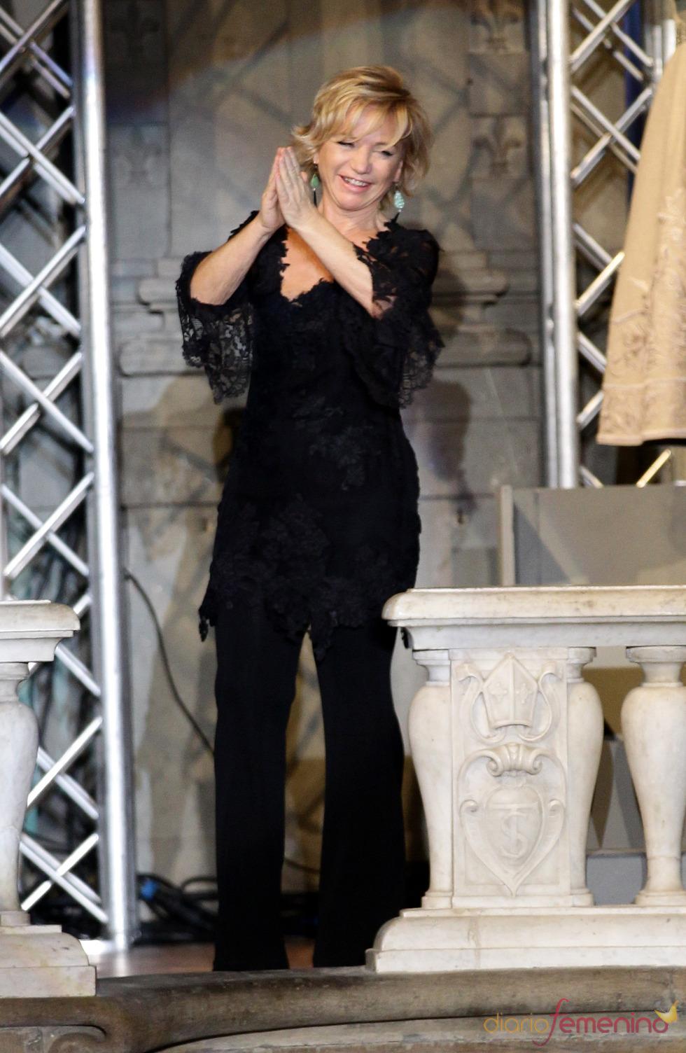 Alberta Ferretti aclamada después del desfile en la Pitti Uomo 79