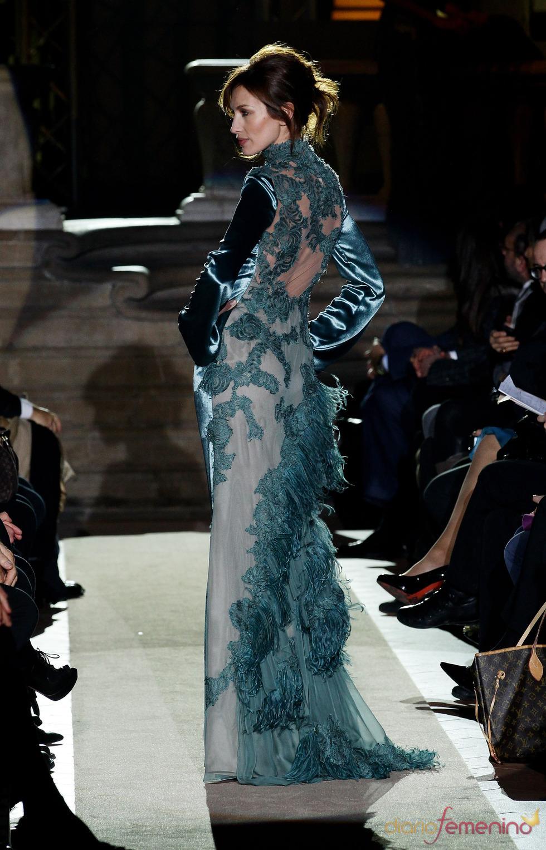 Nieves Álvarez luciendo espalda en el desfile inaugural de Alberta Ferretti en la Pitti Uomo 79