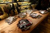 Decoración revistas nueva tienda Guru en Florencia