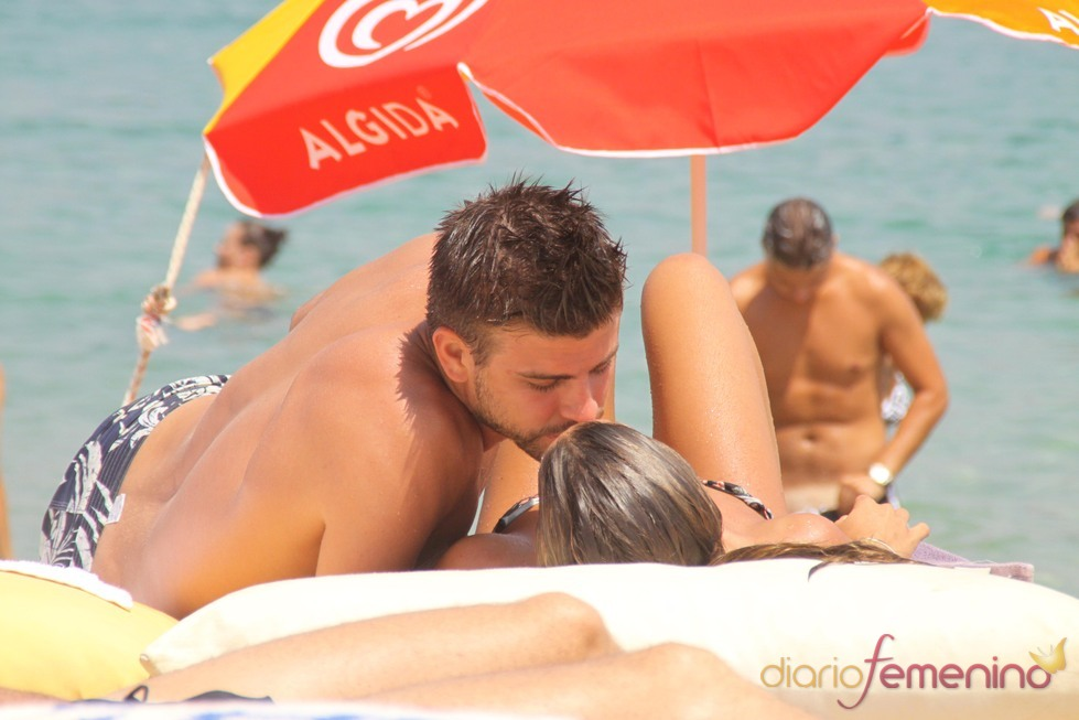 Gerard Piqué besa a Nuria Tomás en la playa