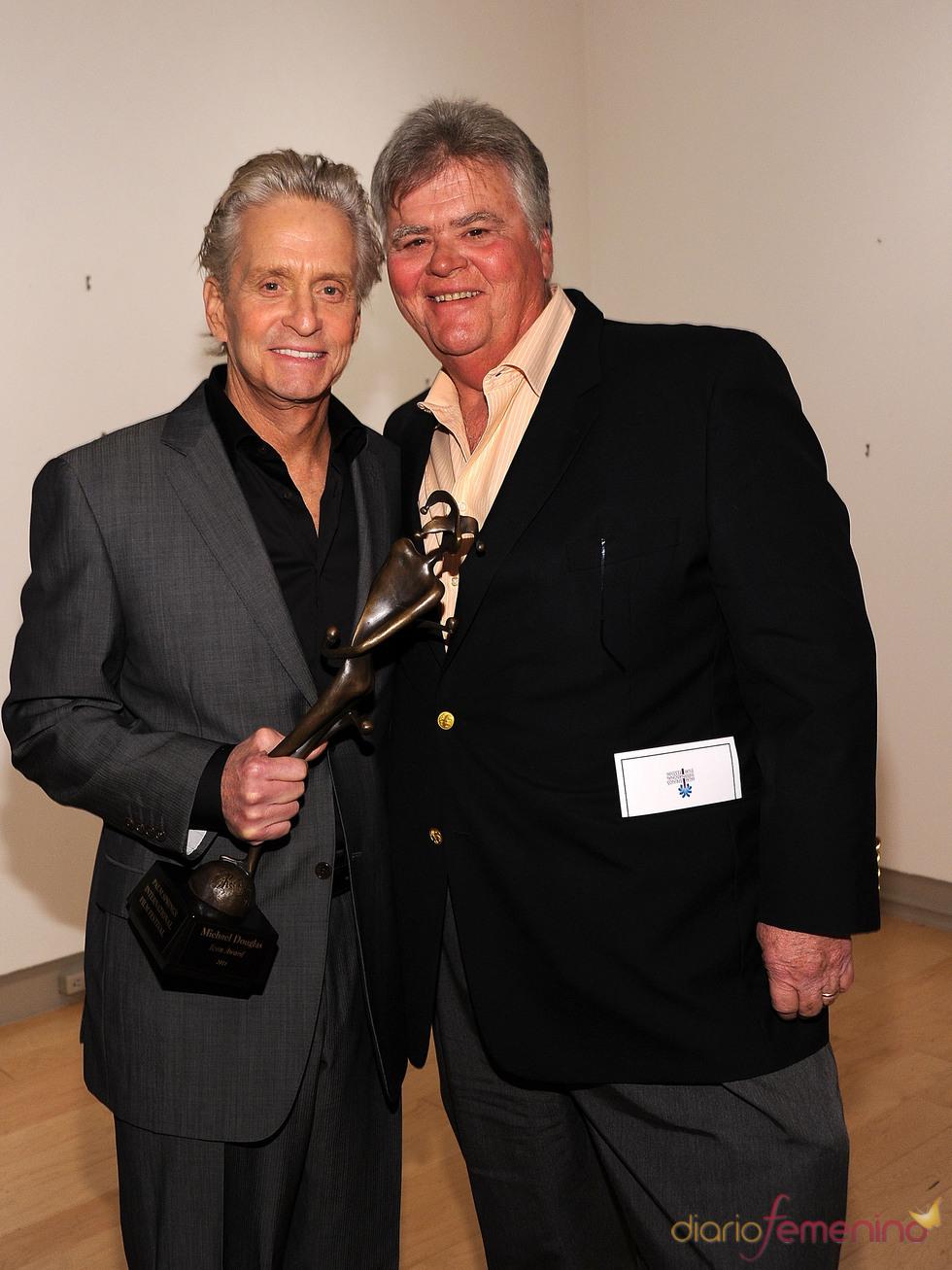 Michael Douglas, feliz y recuperado con su premio Icon