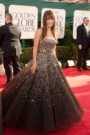 Olivia Wilde sonriente en su llegada a la gala de los Globos de Oro 2011