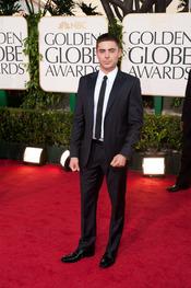 Zac Efron en la alfombra roja de los Globos de Oro 2011