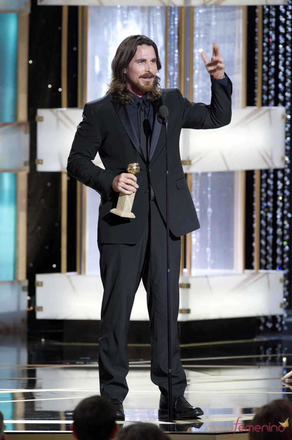 Christian Bale recogiendo su premio en los Globos de Oro 2011