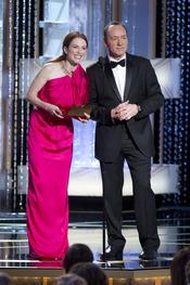 Julianne Moore junto a Kevin Spacey en los Globos de Oro 2011