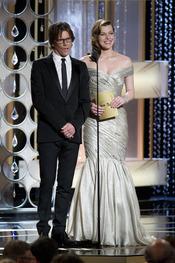 Kevin Bacon y Milla Jovovich presentadores en los Globos de Oro 2011