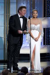 Alec Baldwin y Jennifer Lopez en la ceremonia de los Globos de Oro 2011