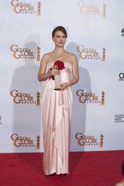 Natalie Portman posa con su premio en los Globos de Oro 2011