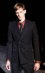 Marrones y negros se combinan en este traje de Gucci para la MFW A/W
