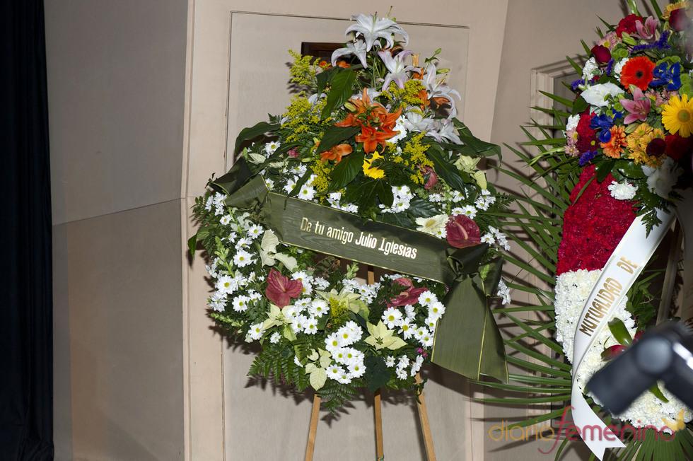 Corona de flores de Julio Iglesias para Augusto Algueró