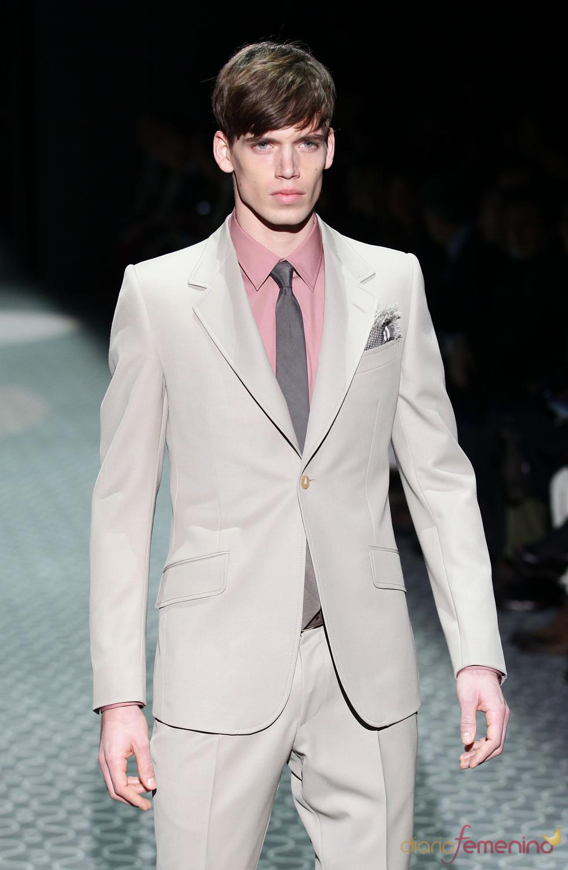 Traje en gris claro de Gucci para la MFW A/W