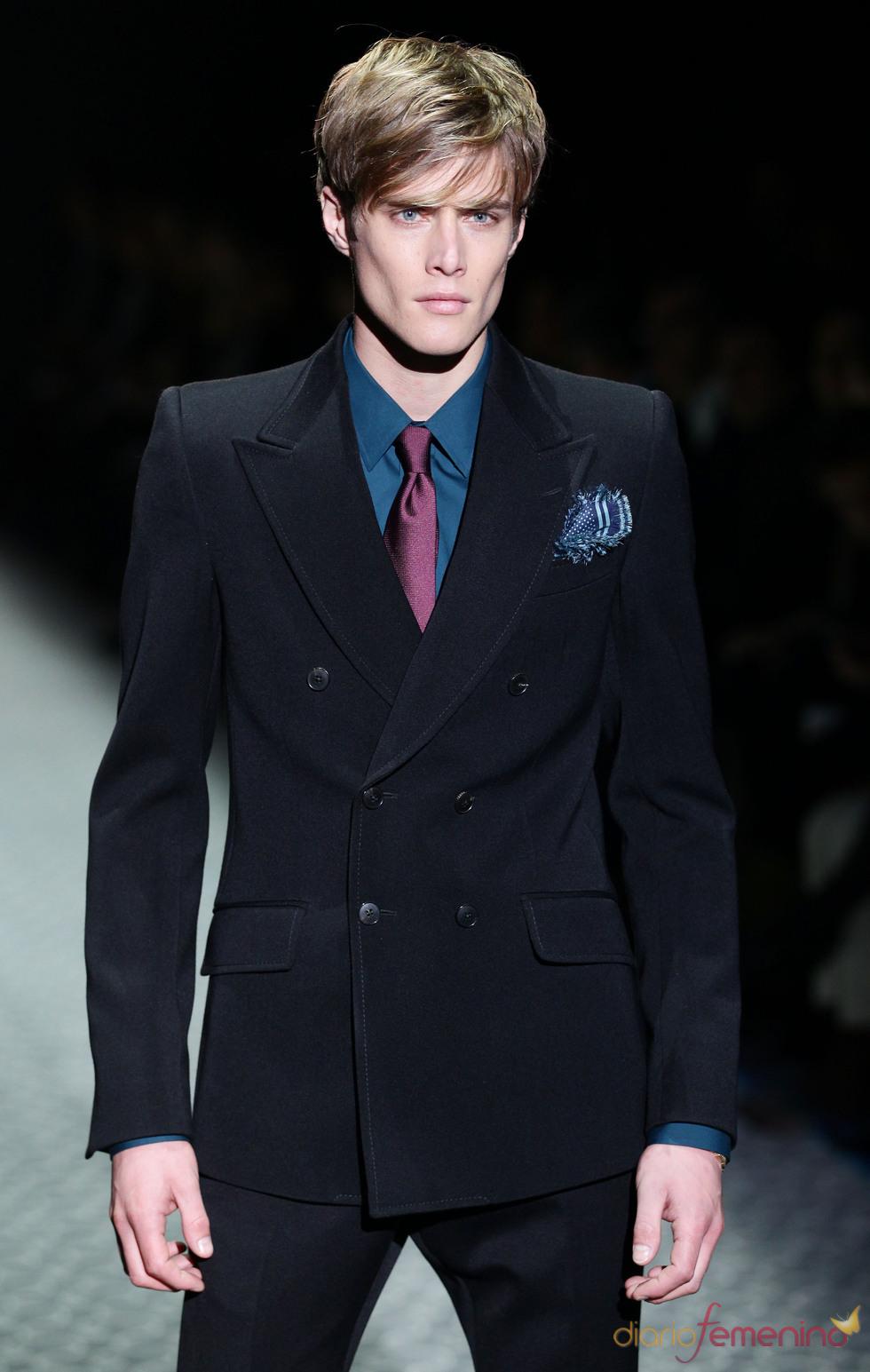 Azul marino para el traje del hombre Gucci en la MFW A/W