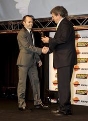 Andrés Iniesta recibe su premio en la gala 'Mundo Deportivo' 2011