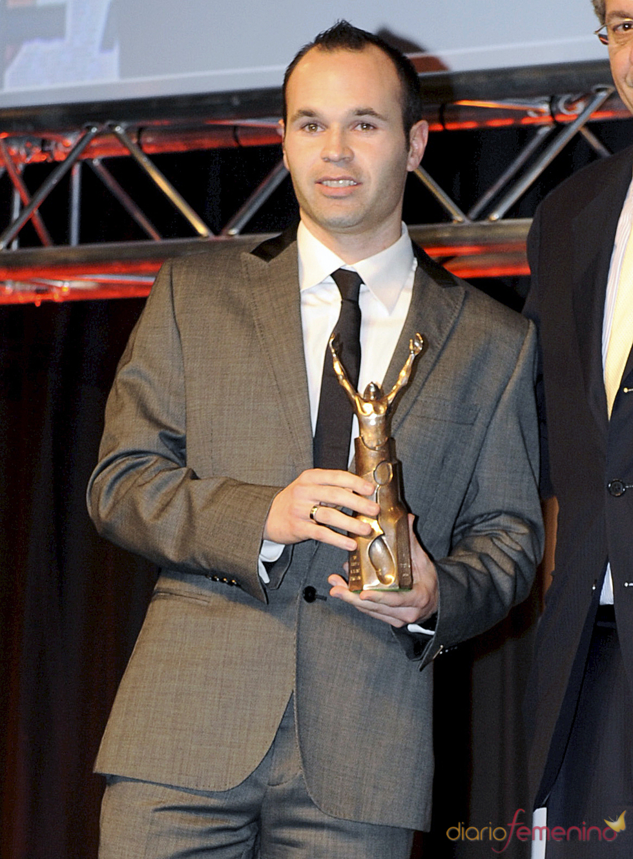 Andrés Iniesta posa con su premio en la gala 'Mundo Deportivo' 2011
