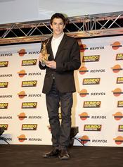 Marc Márquez posa con su premio en la gala 'Mundo Deportivo' 2011