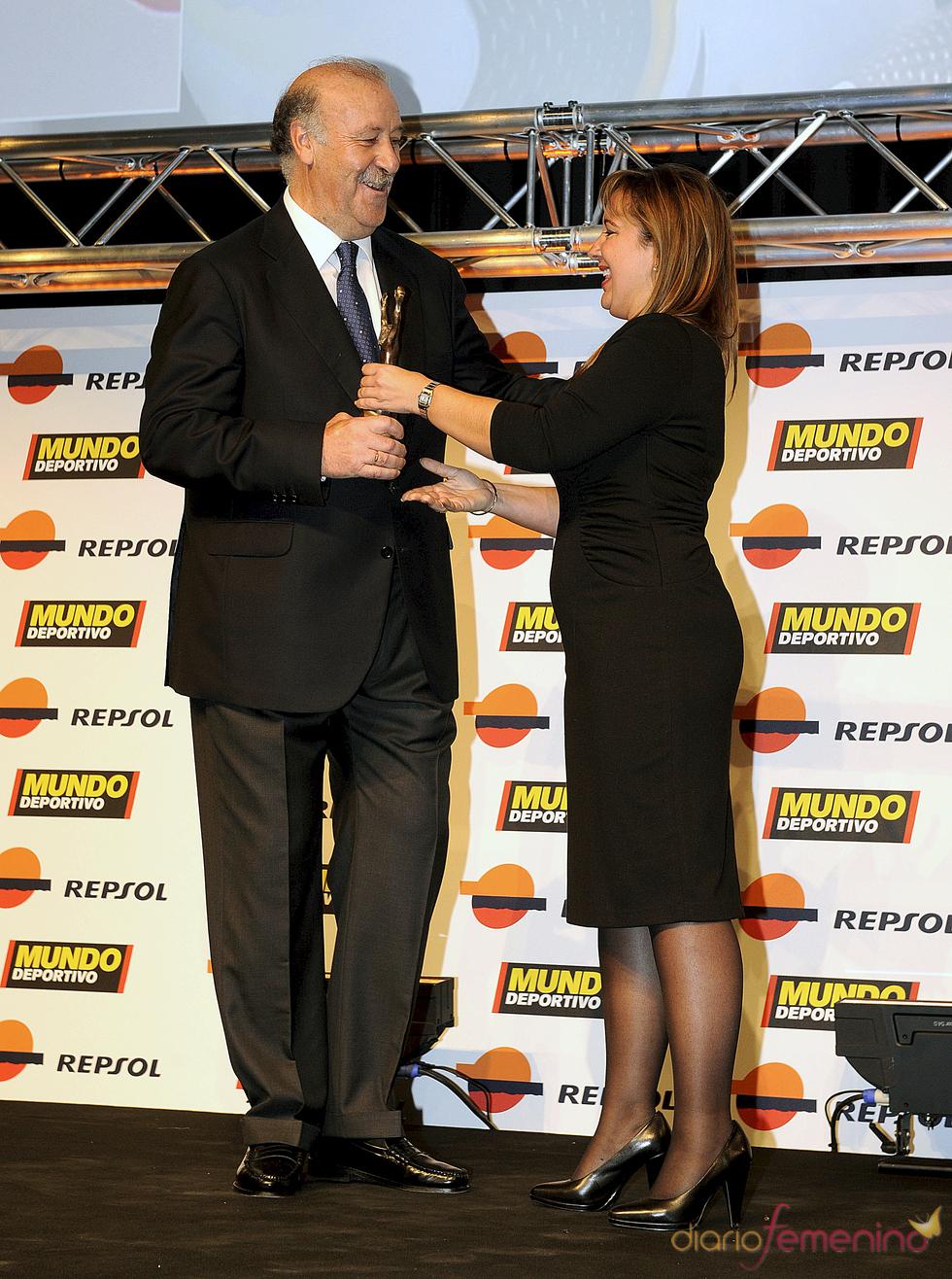 Vicente del Bosque recoge su premio en la gala 'Mundo Deportivo' 2011