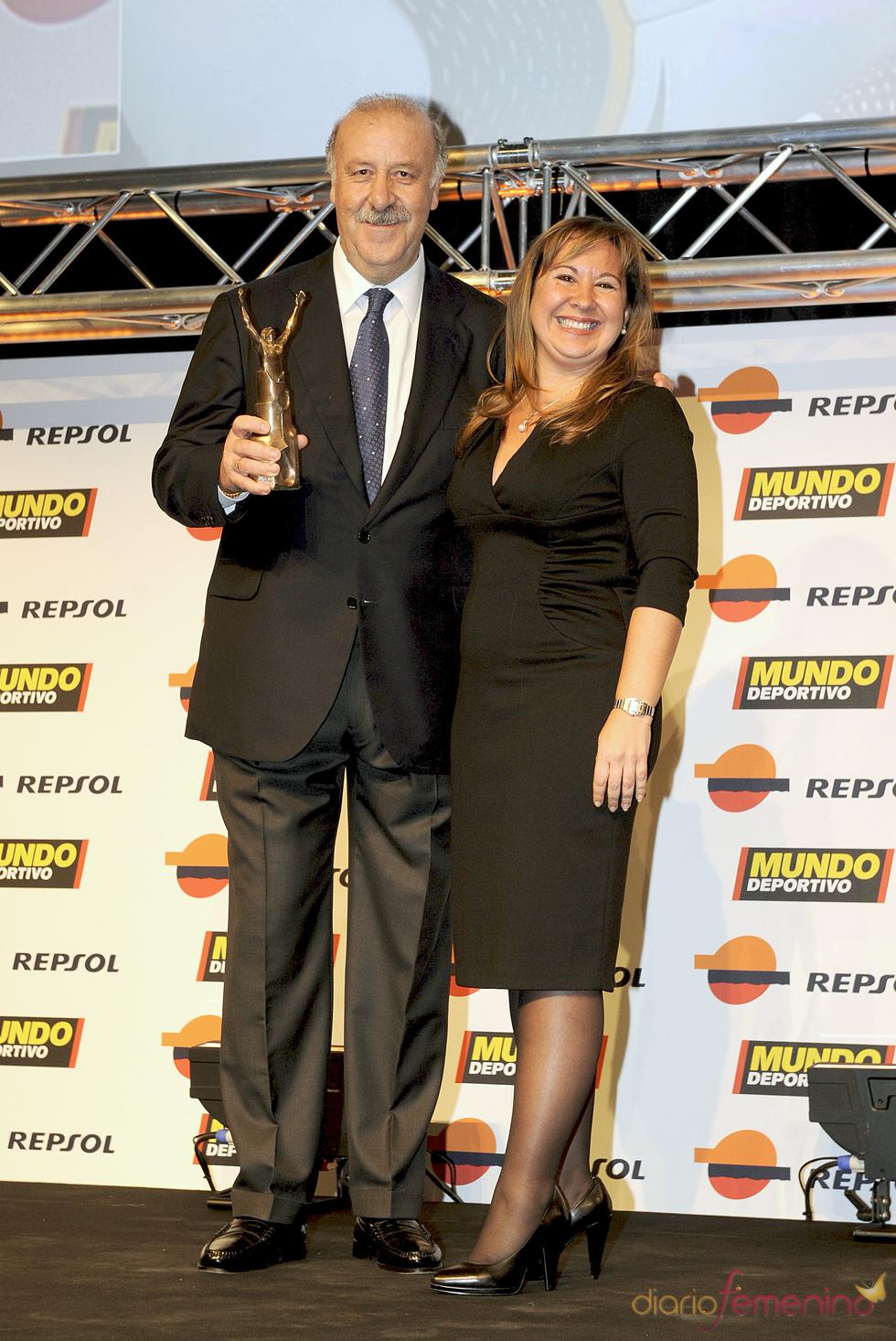 Vicente del Bosque posa con su premio en la gala 'Mundo Deportivo' 2011