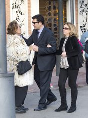 Augusto Algueró JR consuela a su madre en el funeral del compositor