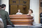 Carmen Sevilla desconsolada durante el funeral de Augusto Algueró