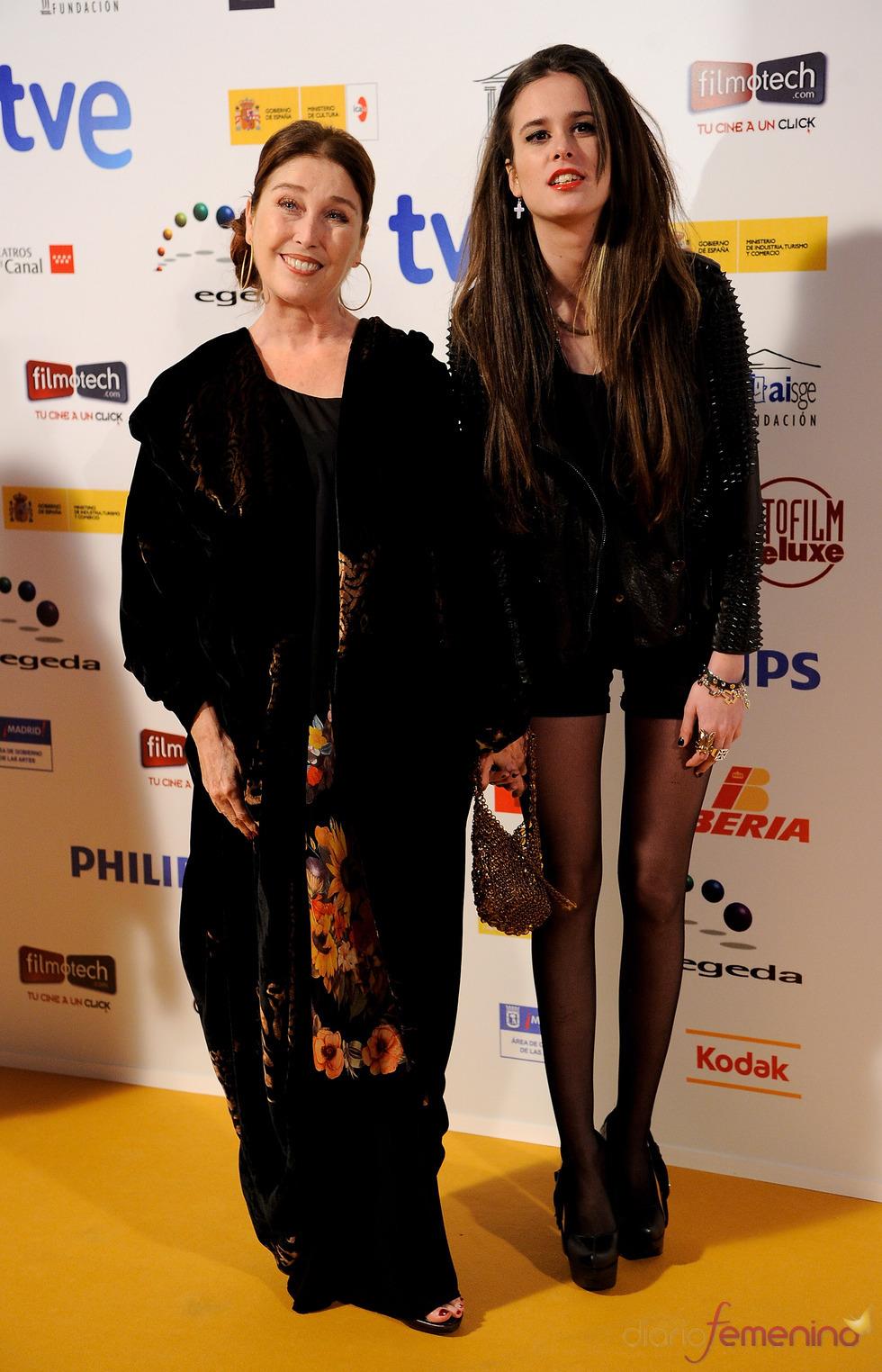 Vernica Forqué y María Iborra posan en los Premios Jose María Forqué 2011