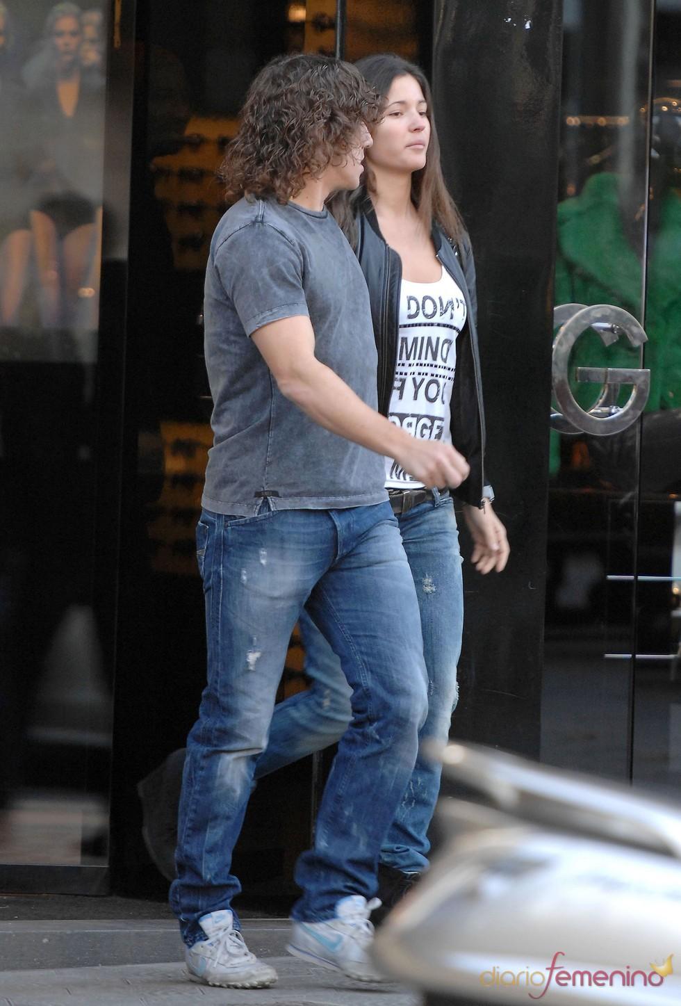 Malena Costa y Carles Puyol, de rebajas por Barcelona