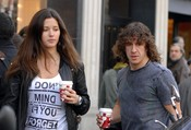 Malena Costa y Carles Puyol se toman un descanso en su día de compras