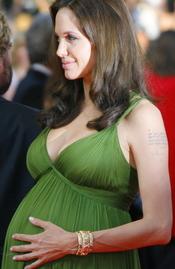 Angelina Jolie embarazada con un espectacular vestido verde