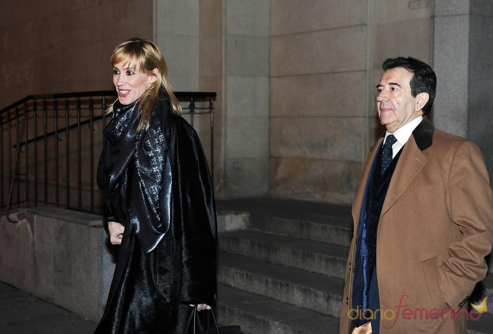 Enrique Cornejo y Mamen Díaz en la misa funeral por Juanito Navarro
