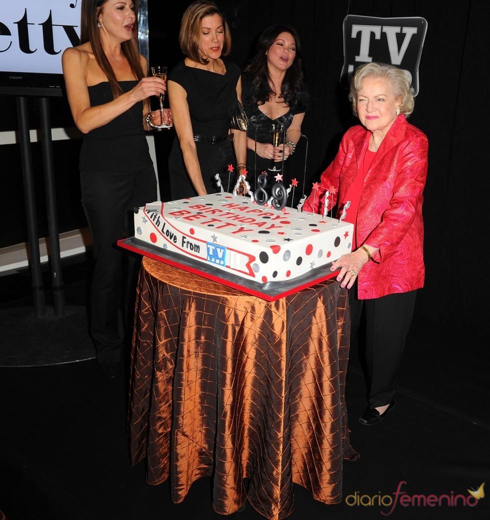 Betty White sopla 89 velas