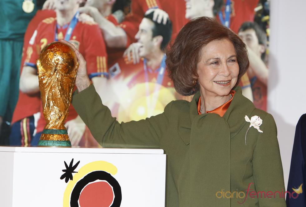 La Reina Sofía con la Copa del Mundo en FITUR