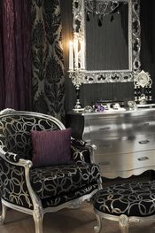 Decoracion vintage en tonos plateados, negros y morados
