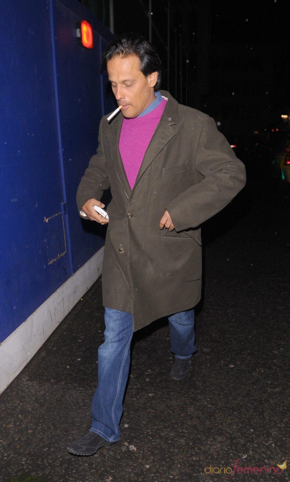 Arun Nayar, ex marido de Liz Hurley, fumando