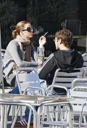 Amelia Bono, con su marido Manuel Martos, fumando