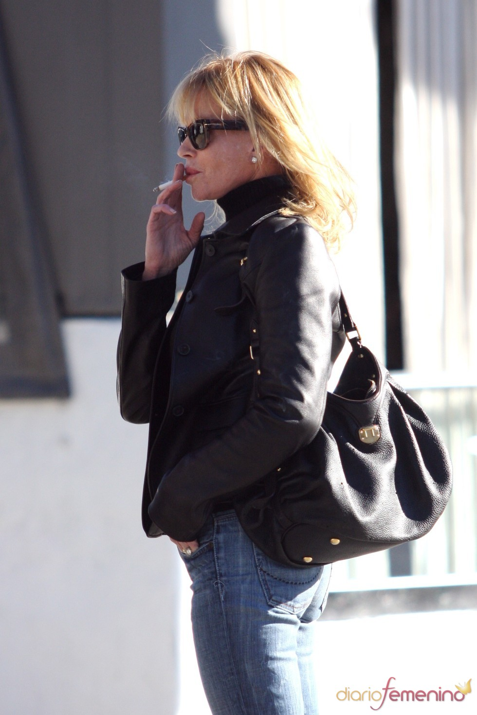 Melanie Griffith, fumando muy pensativa